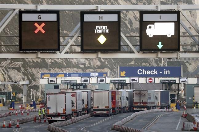 Lastbilar väntar på att få köra ombord en färja i Dover.