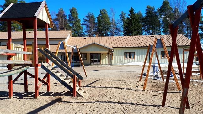Framtiden för Pettersbacka skola i Vörå har varit på tapeten det senaste året. Nu är det timeout i väntan på det nya fullmäktige.