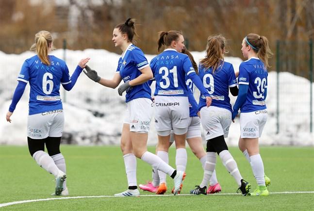 Tanja Ali-Marttila firar 1–0-målet, som kom i början av första halvlek, med Adelina Ragnäs (6). Ragnäs satte 2–1 i andra.