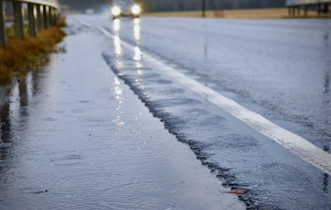 Regn och snöskurar kan försämra föret runtom i landet under måndagen.