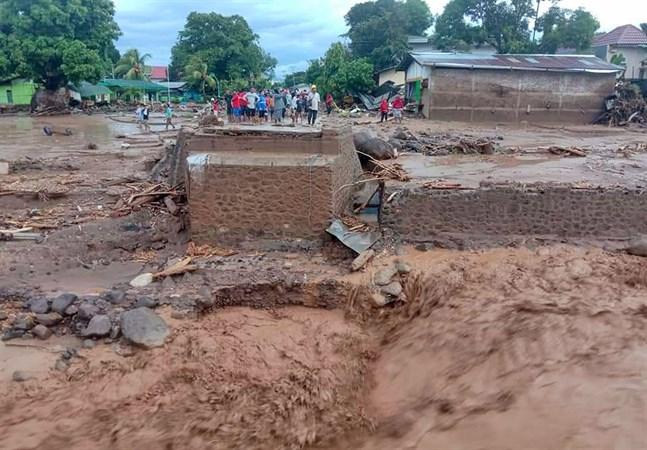 Antalet döda i översvämningarna i Indonesien och Östtimor stiger.