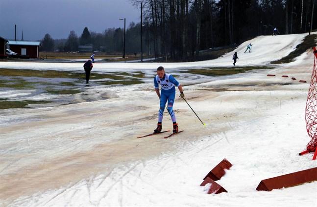 Vädret till trots gick vinnaren av gruppen M16 – Mika Kärkkäinen – i mål på tiden 14:55.4. Han skidar för Norvalla Ski Team.