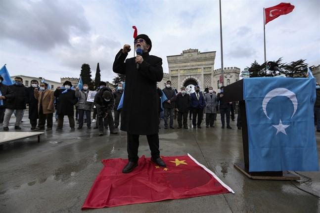Hundratals uigurer som bor i Turkiet protesterade när Kinas utrikesminister Wang Yi besökte Istanbul den 25 mars. Bara tre dagar tidigare hade EU beslutat om sanktioner mot fyra kinesiska medborgare kopplade till övergreppen mot uigurer i Xinjiang-provinsen. Arkivbild.