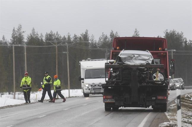 Åtminstone åtta personer har skadats allvarligt i olyckan i Suomussalmi. Enligt polisen var föret dåligt och vägen täckt av snösörja då olyckan skedde.