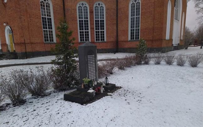 En ny sten med namnplaketter behövs vid minneslunden i Lappfjärd. Samfälligheten reserverar medel i nästa års budget.