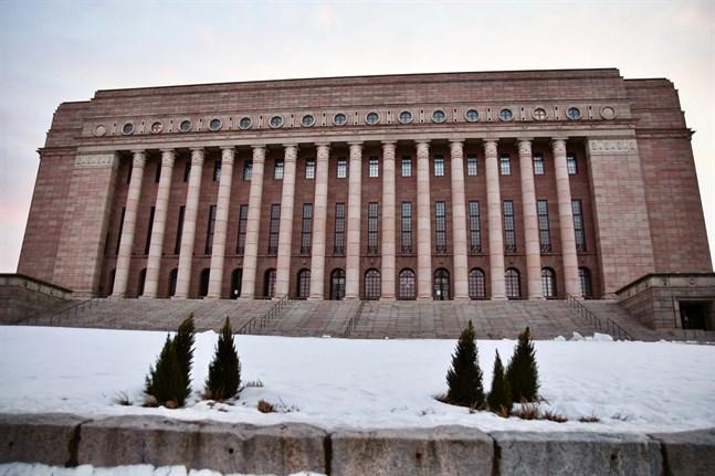 Riksdagsledamöterna har hållit ledigt under påskhelgen, men nu kör vardagen och arbetet på Arkadiabacken i gång igen.