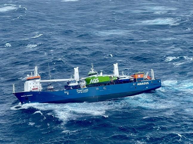 Det nederländska fartyget Eemslift Hendrik har fått slagsida i Nordsjön.