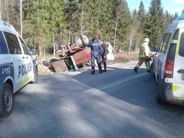 En krock mellan en personbil och en lastbil inträffade i Töjby, Närpes, 8.30-tiden på tisdag morgon.
