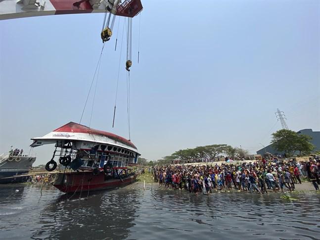 Olycksfärjan bärgas ur floden Shitalakkhya i Bangladesh på måndagen.