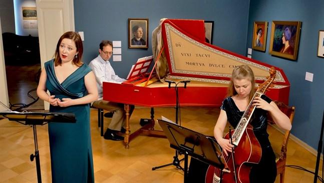 Earthly Angels är (från vänster) Kajsa Dahlbäck (sopran), Aapo Häkkinen (cembalo) och Heidi Peltoniemi (gamba).