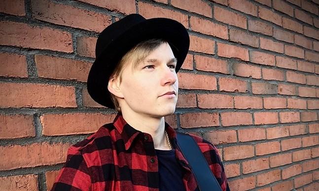 23-årige Aleksi Mattila är med och ordnar Kertsi Kla Open Mic i Karleby.