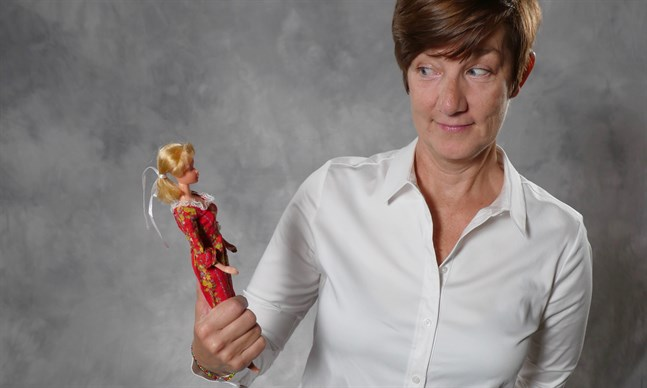"""Har Barbie stimulerat vår kreativitet eller styrt in oss i ett stereotypt könsrollstänkande och skönhetsideal? Det frågar sig Camilla Roos i dokumentärfilmen """"Min Barbie och jag""""."""
