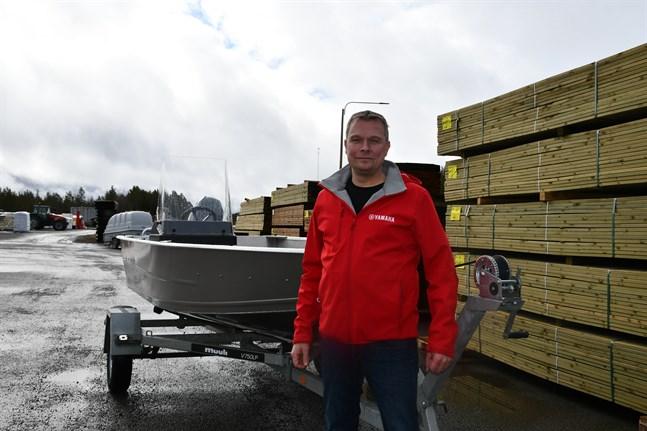 Köpman Marcus Rosenback har kunder men inte båtar när leverantörerna inte hinner tillgodose behovet.