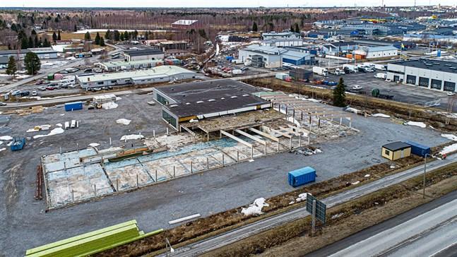 Leif Häggblom har nu fått bygglov för att omvandla den gamla Rukka-fastigheten till en byggnad med flera affärslokaler.