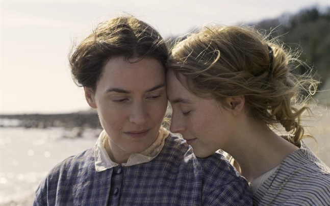 """Kate Winslet och Saoirse Ronan i filmen """"Ammonite""""."""