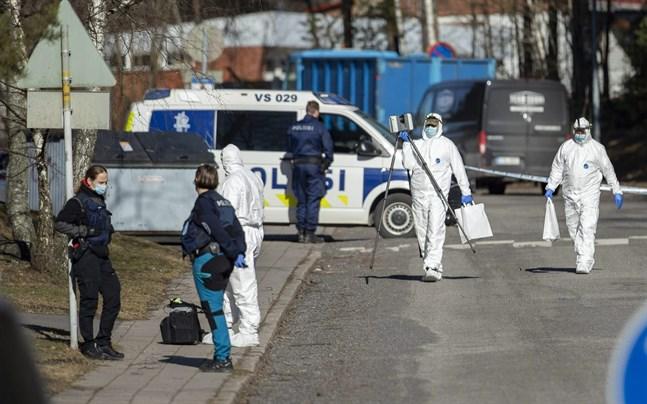 Den häktade 27-åringen misstänks ha skjutit ihjäl en man och en kvinna samt knivhuggit en man i Perno i Åbo under natten till lördagen.