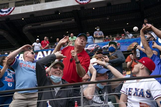 Det var nästan helt fyllda läktare när Texas mötte Toronto i MLB-basebollen.