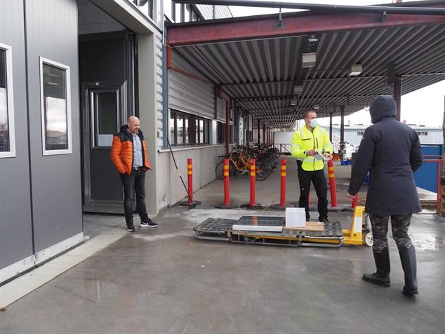 Anders Stennabba, vd och medarbetare Leevi Leipälä på Casa Delivery är ute på lastbryggan. En kund hämtar sina Ikea-paket från den nya hämtpunkten, Click & Collect som nuförtiden finns i Måttis.