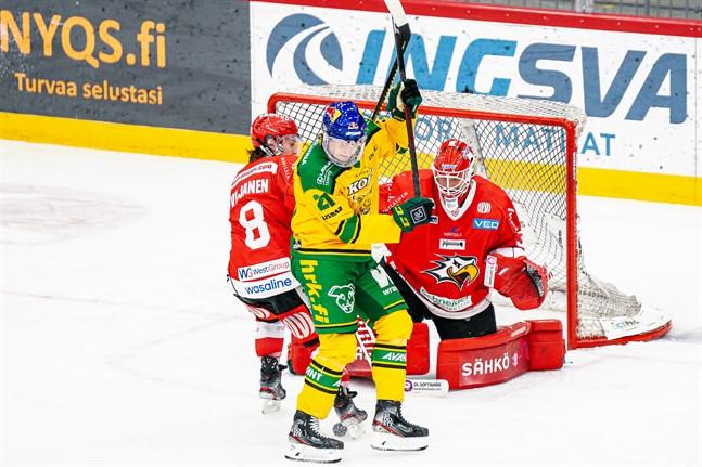 Ilves var betydligt pricksäkrare nära målet. Här försöker Valtteri Viljanen skuffa undan yttern Roby Järventie framför Niko Hovinen.
