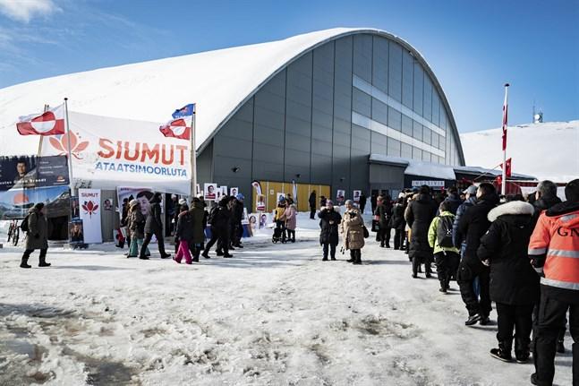 Människor köar utanför Inussivik arena i Nuuk, en av vallokalerna under tisdagens parlamentsval på Grönland.