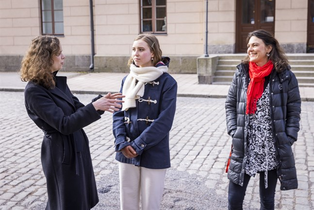 Anna-Karin Engstrand och Nadine Hagman är abiturienter på Vasa övningsskola. Båda har läst franska. Till höger Frida Crotts, deras lärare i franska.