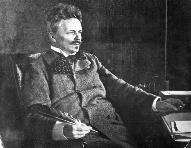 """August Strindberg (1849–1912) i sitt arbetsrum i Stockholm år 1902. I handen håller han """"örnpennan"""", en gåva av Harriet Bosse."""