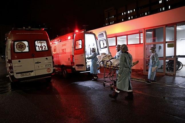 En patient som misstänks vara sjuk i covid-19 anländer med ambulans till ett sjukhus i Brasilia. Arkivbild.