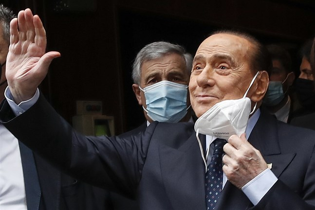 Italiens tidigare premiärminister Silvio Berlusconi vinkar till pressfotografer inför ett möte med landets nuvarande premiärminister Mario Draghi i februari i år. Arkivbild.