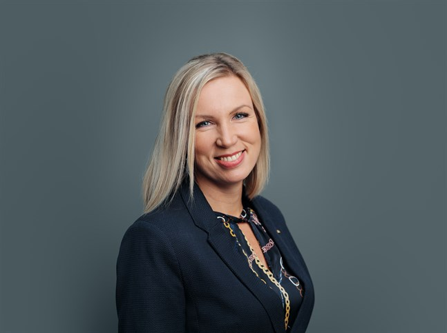 Paula Erkkilä vid Österbottens handelskammare säger att vaccinpass skulle underlätta för att få igång ekonomin.