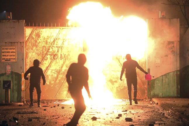 Nationalister och lojalister drabbar samman vid den så kallade fredsmuren i västra Belfast, Nordirland.