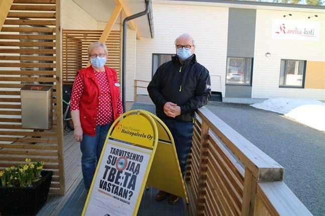 I en lokal vid Karelia-koti på Gamla Uleåvägen 32 kan man få vaccin då fästingbussen inte kör runt, bekräftar Terttu och Reijo Niemelä på företaget Keski-Pohjanmaan Hoitopalvelu.