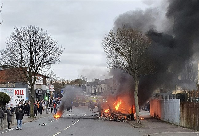 En kapad buss brinner på Shankill Road i västra Belfast i Nordirland sedan brittisktrogna lojalister satt eld på den.