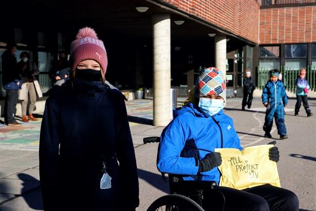 Superdonatorerna Ada Keto och Filip Särs fick ge över pengarna från årets Vändagsskrinning.