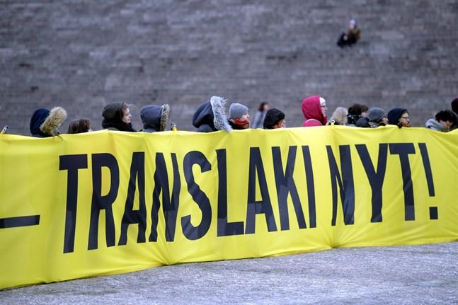 """Medborgarinitiativ """"Rätt att vara"""" (Oikeus olla) samlade på två dygn över 50000 namnunderskrifter och kommer att behandlas i riksdagen. Bilden är från en demonstration på Senatstorget i Helsingfors 2018."""