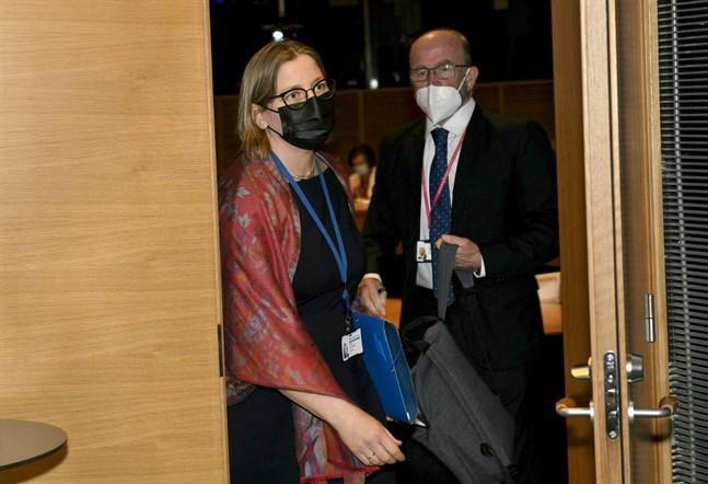 Tytti Yli-Viikari avlägsnar sig från riksdagens kanslikommissions möte på torsdagen. Till höger Mikko Koiranen, direktör för Statens revisionsverk.