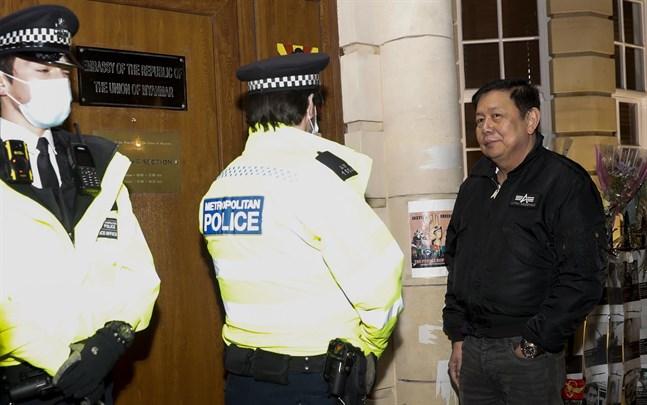 Myanmars ambassadör i Storbritannien, Kyaw Zwar Minn, pratar med polisen utanför ambassaden i London sedan Myanmars militärattaché tagit kontroll över byggnaden.