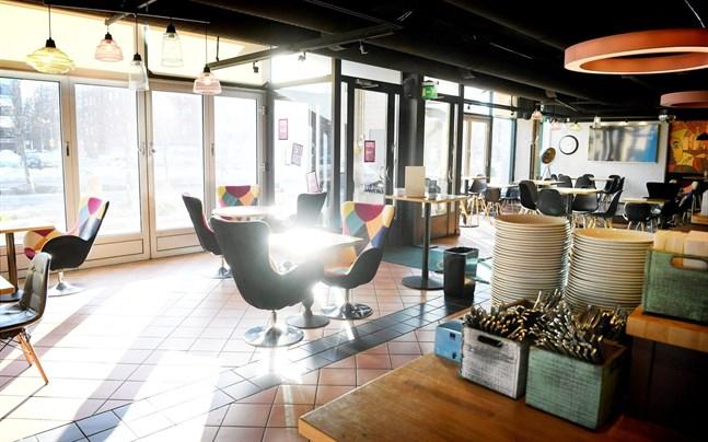För tillfället behandlar riksdagen det lagförslag som ska fastställa vilka begränsningar och regler restaurangerna bör följa då de får öppna igen.