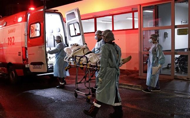 En patient som misstänks vara sjuk i covid-19 anländer med ambulans till ett sjukhus i Brasilia.