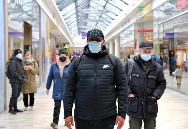 Saeed Hamad Fakher bor i Hertonäs nära Östra centrum. Han tror att coronaläget kunde förbättras om människor använder munskydd och låter bli att samlas.