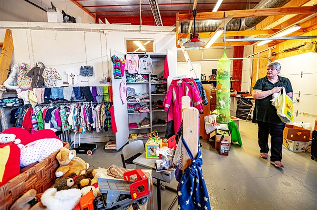 Anki Hagnäs i Ånyos barnavdelning med kläder, leksaker och gosedjur .
