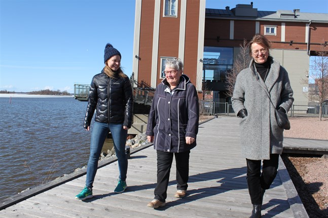 Ulla-Maj Storsjö (i mitten) är en av mentorerna för närståendevårdare. Mentorprojektet leds av ÅA:s Sarah Åkerman (till vänster) och Fredrica Nyqvist (till höger).