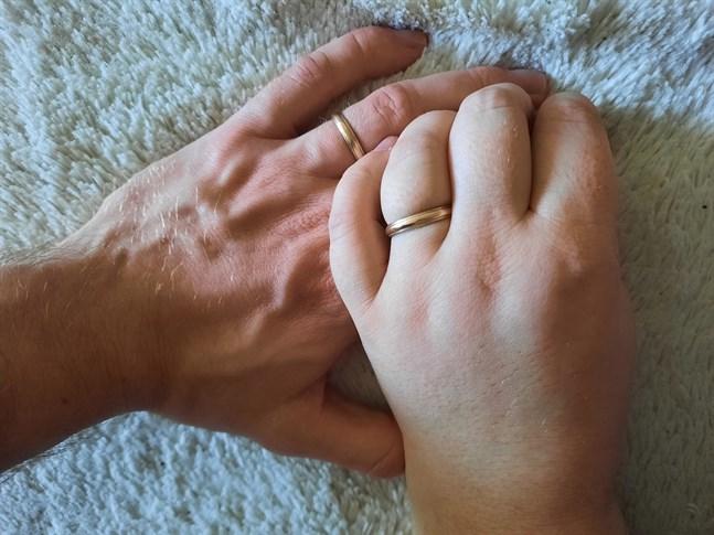 Polisen har fått in en vigselring som tillhör det gifta paret Mika och Tiina. Nu söker polisen dem på Facebook. Bilden har inget med personerna att göra.