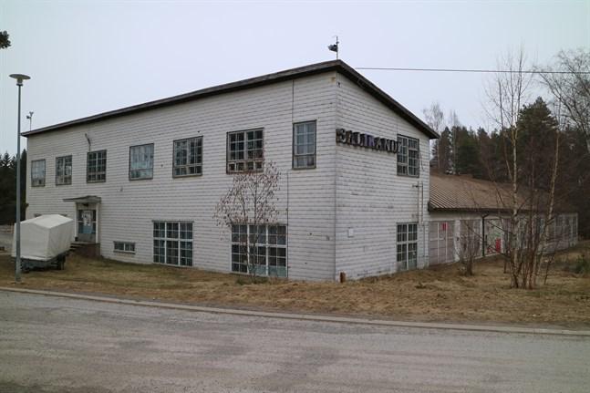 I den låga delen av hallen byggdes flygplansmotorer under kriget, medan delen som är i två våningar användes som kontor av Statliga flygfabriken.