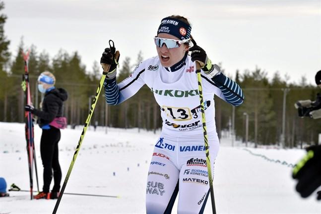 Emmi Lämsä höll för trycket från Krista Pärmäkoski på ankaretappen och förde Visa Ski Team till stafettseger i Ruka.