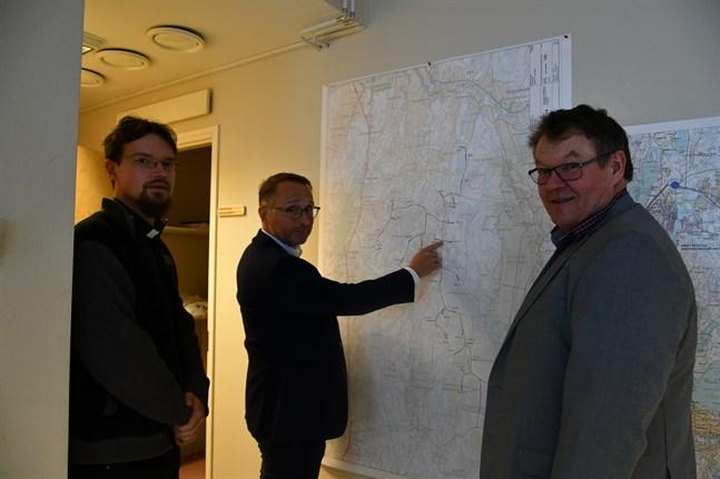 Kyrkoherde Daniel Norrback (till vänster), CPC Finlands vd Erik Trast och markägaren Per-Erik Englund bedömer att Åback-projektet skulle ge goda inkomster både till markägare och till staden Kristinestad.