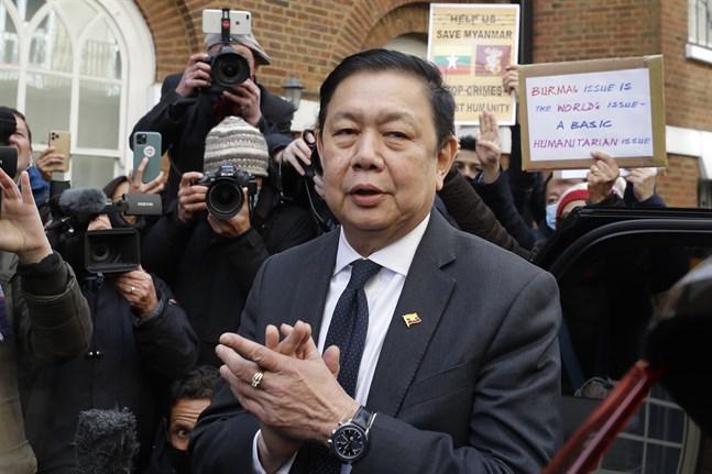 Myanmars utelåsta ambassadör i London, Kyaw Zwar Minn, då han mötte medier utanför ambassaden i torsdags.