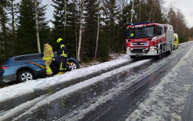 Snöfallet försämrade väglaget i Sydösterbotten på fredagen, med flera avkörningar som följd. En bil med tre passagerare hamnade i diket på Kaskövägen i Närpes 13.30-tiden.