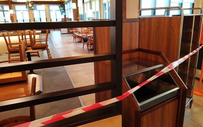 Under april ska restauranger åter få låta kunderna sätta sig ner inne i lokalen, men öppettiderna och antalet kundplatser är fortfarande begränsat, enligt regeringens exitplan.