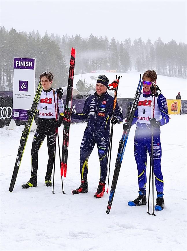 Lukas Kuuttinen kom i mål som etta i sprinten i Silvetrissan i Vuokatti på fredagen. Här tillsammans med tvåan Jesse Kähärä (nummer 4) och trean Anton Packalén (nummer 1).