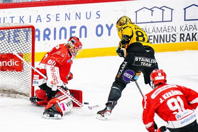 Tack vare bra försvarsspel blev det inte fler än 14 räddningar för Rasmus Reijola. Några av dem var riktigt stiliga och här sätter Reijola stopp för gästernas poängkung Kai Kantola.